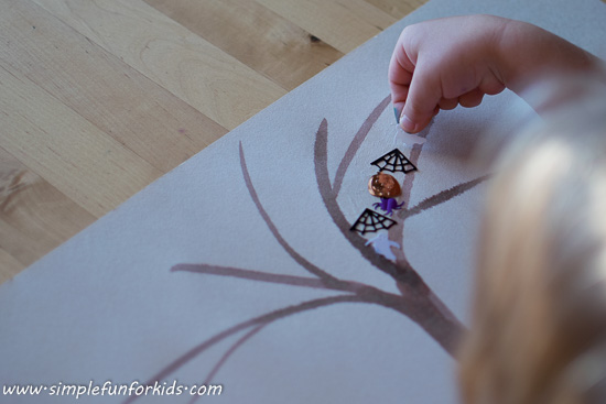 Have you ever seen a Halloween Tree? Not exactly true to nature but a fun, super simple Halloween craft for little kids!