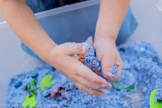 Sensory Activities for Kids: This Cloud Dough Frog Pond takes minutes to set up and brings so much fun (and learning)!