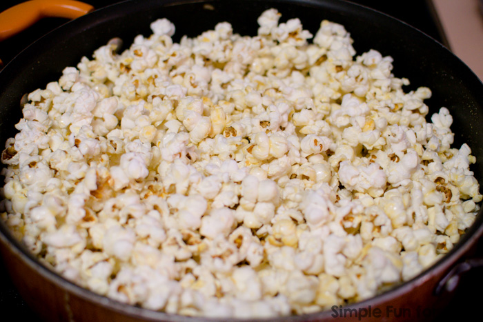 Okay, this is SO simple, you can do it in 10 minutes with a toddler running around, in 5 if you can just get it done without interruption! FROZEN Chocolate Popcorn looks so pretty and tastes great!