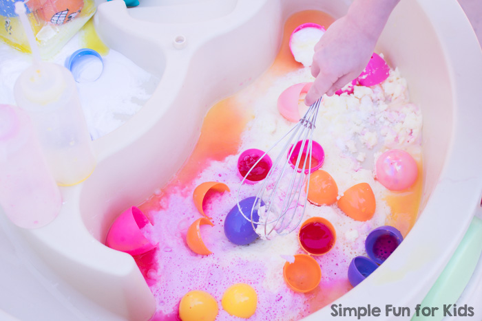 Baking soda and vinegar fun with Fizzy Easter Eggs! A perfect, simple sensory and science idea for siblings, play dates, and kids of all ages.