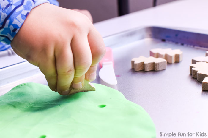 Quick and simple, no-mess and fun for my preschooler: Plant a Christmas Tree Play Dough Fine Motor Activity