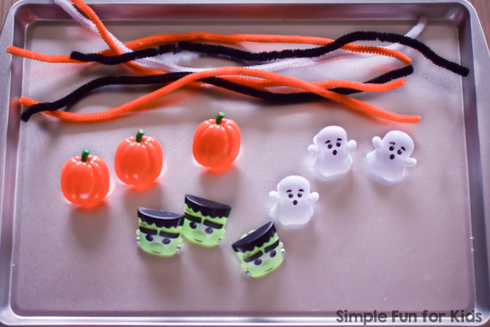 My toddler loved this fun, simple, no-mess Halloween Fine Motor Invitation to Play! Great for preschoolers, too.