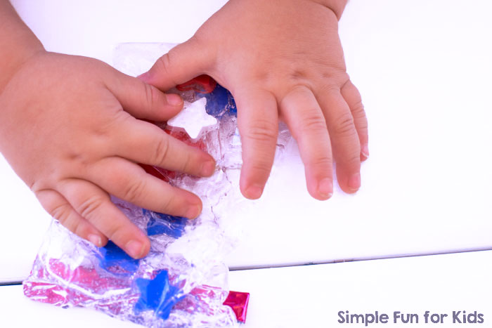 Easy to make and great for little toddler hands or when traveling: Red, White, and Blue Mini Sensory Bag! Perfect for the 4th of July or for kids learning their colors.